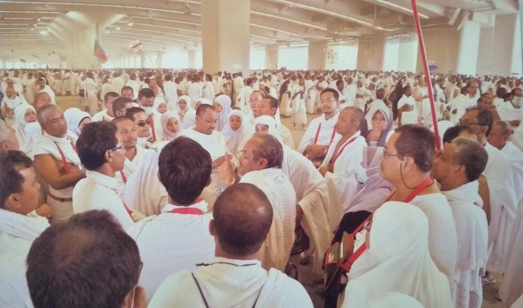 Pengarah Urusan bersama sama jemaah Haji di Jamarat